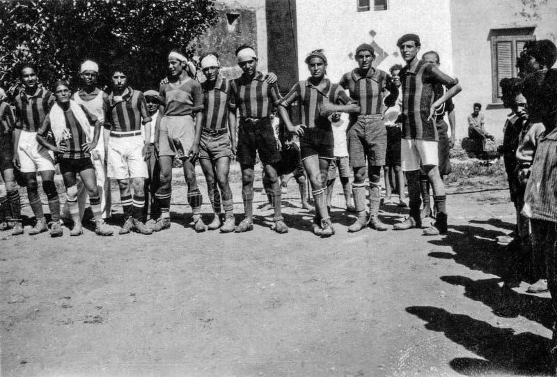 Capri, Itália, 1934 - os jogadores de Caprese levantam após um fósforo de futebol em Capri foto de stock royalty free