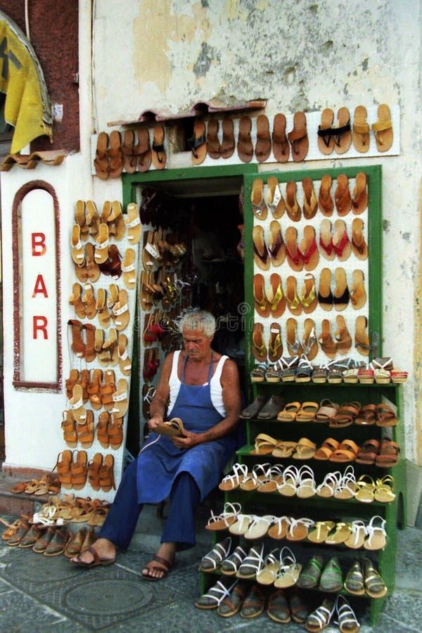 CAPRI, ITALIA, 1987 - taller del arte con las sandalias coloridas y originales de Capri imágenes de archivo libres de regalías
