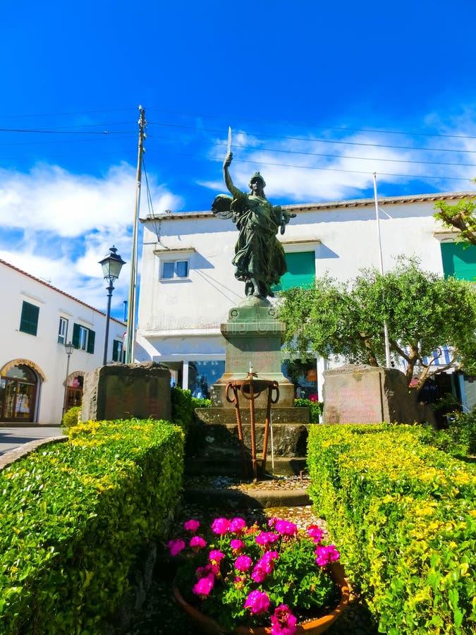 Capri, Italie - 4 mai 2014 : Sculpture sur Piazza Umberto I photographie stock libre de droits