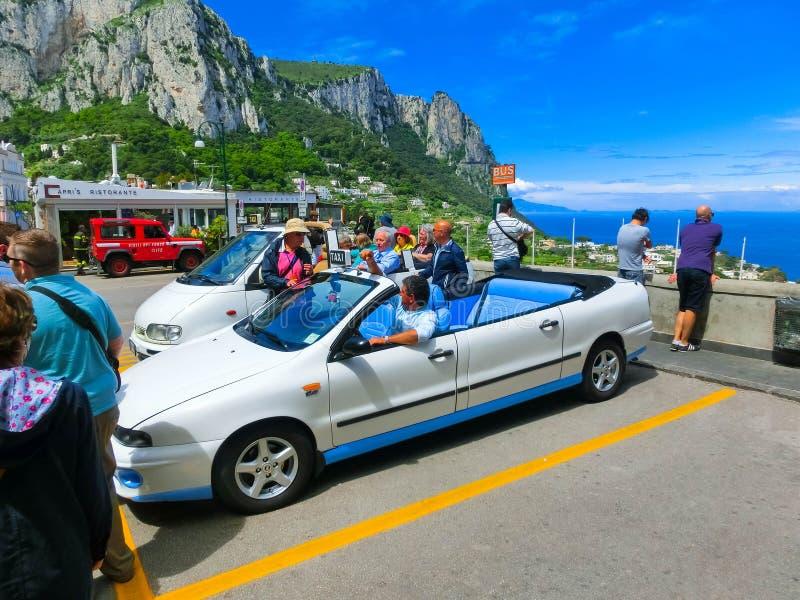 Capri, Italie - 4 mai 2014 : Voiture convertible de taxi de vintage image stock