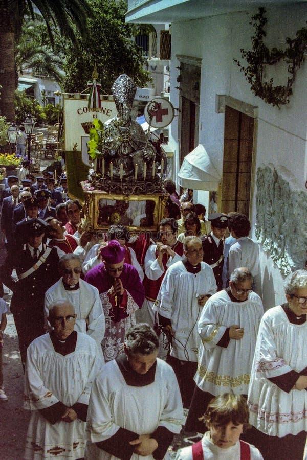 CAPRI ITALIEN, 1974 - den traditionella processionen av San Costanzo med statyn av helgonet kör till och med gatorna av Capri arkivfoto