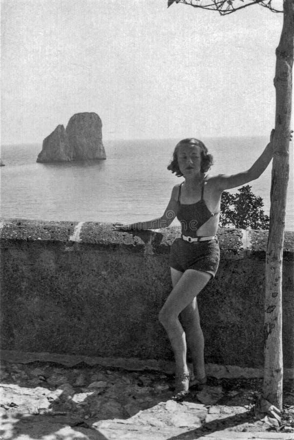 Capri, Italien, 1932 - ein schönes Mädchen, das durchdacht in einem Badeanzug aufwirft stockbilder