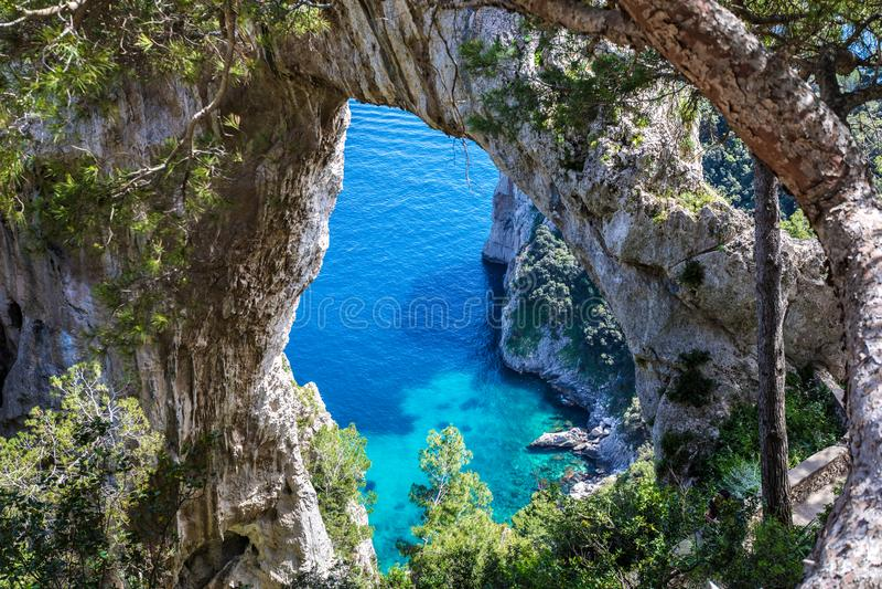 Capri Italien, Insel an einem schönen Sommertag, mit faraglioni r stockfotografie