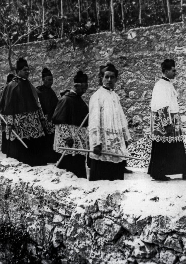 Capri, Italien, 1929 - irgendeine religiöse Parade im Messrock mit Kerzen während der Feiern von San Costanzo, Gönner der Insel stockfoto