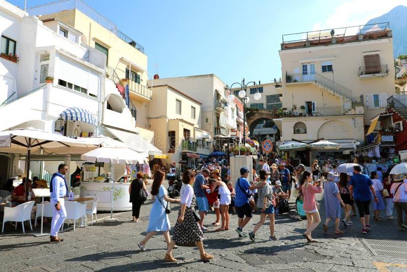 CAPRI ITALIEN - JULI 4, 2018: folkmassa av turister i Marina Grande port av den Capri ön, Italien arkivbild