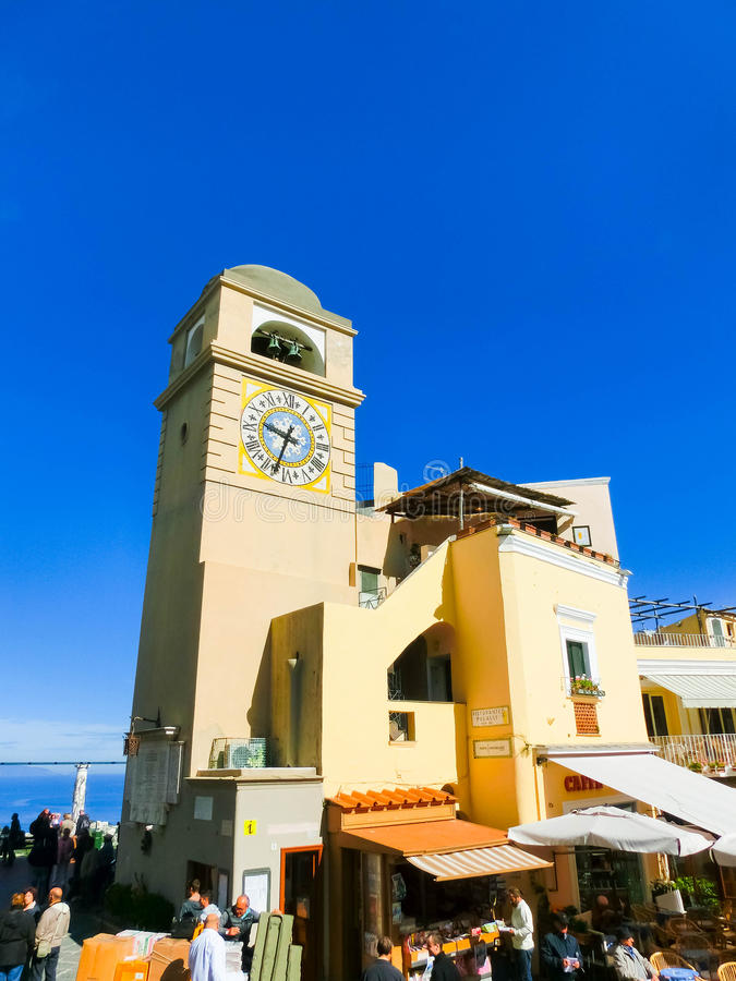 Capri, Italien - 4. Mai 2014: Clocktower auf Marktplatz Umberto I lizenzfreie stockbilder