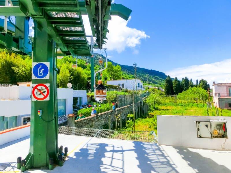 Capri, Italien - 4. Mai 2014: Kabelbahn in Insel an einem schönen sonnigen Tag stockfotos