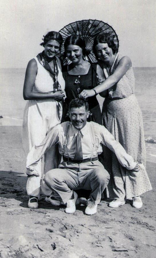 Capri, Italien, 1933 - tre brunbrända flickor och deras frindskämt på stranden arkivbilder