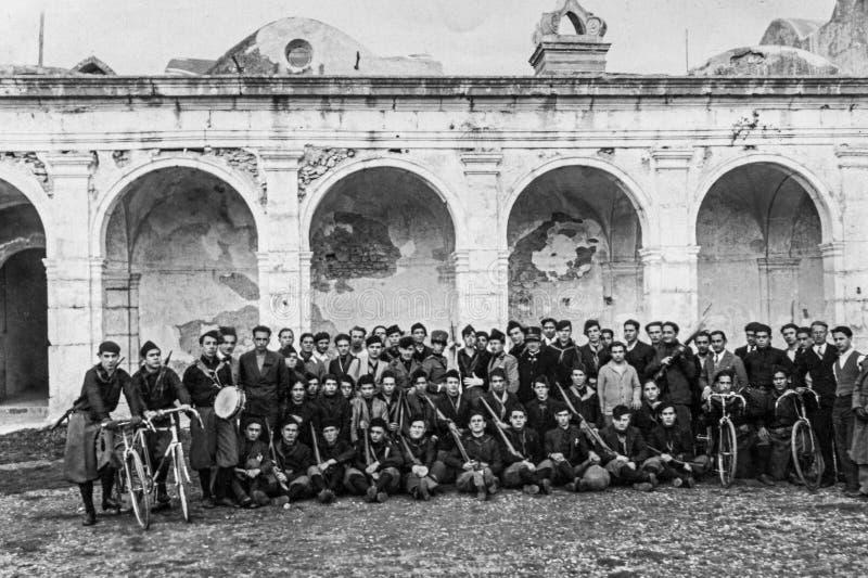 Capri Italien, 1927 - unga fascister poserar för ett souvenirfoto efter en sammankomst i Certosaen di Capri royaltyfri fotografi
