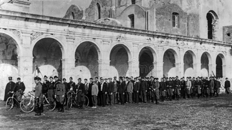 Capri Italien, 1931 - ungdomarfrån Capri väntar på deras vänd i Charterhousen under den fascistiska dagen arkivbild