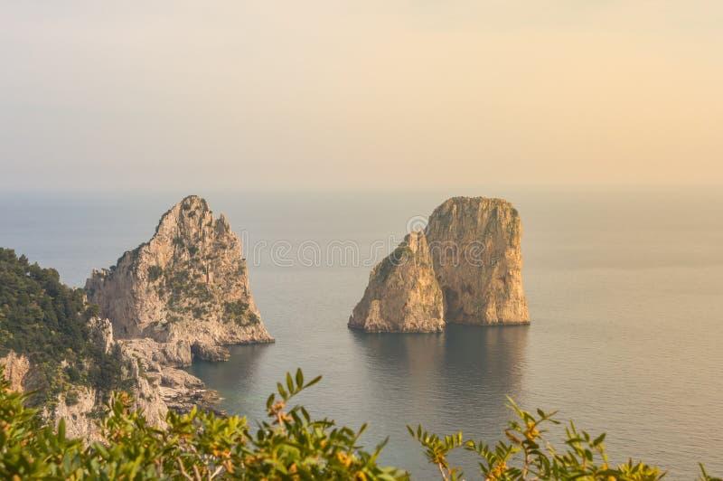 Capri, Naples, Campania teren, Włochy Piękny i słynny Faraglioni obraz royalty free