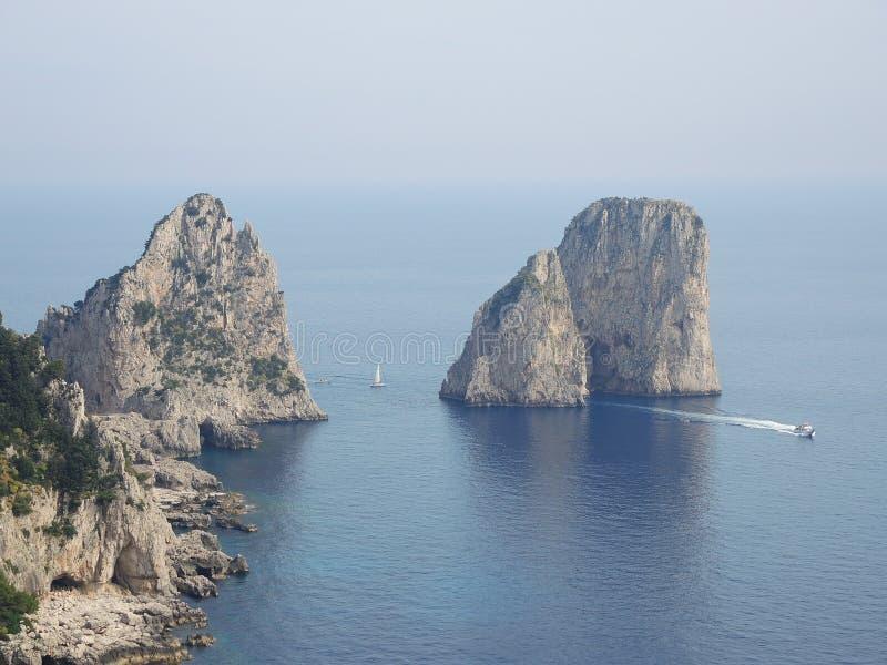 Capri, Naples, Campania teren, Włochy Piękny i słynny Faraglioni fotografia royalty free