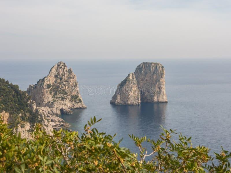 Capri, Naples, Campania teren, Włochy Piękny i słynny Faraglioni fotografia stock