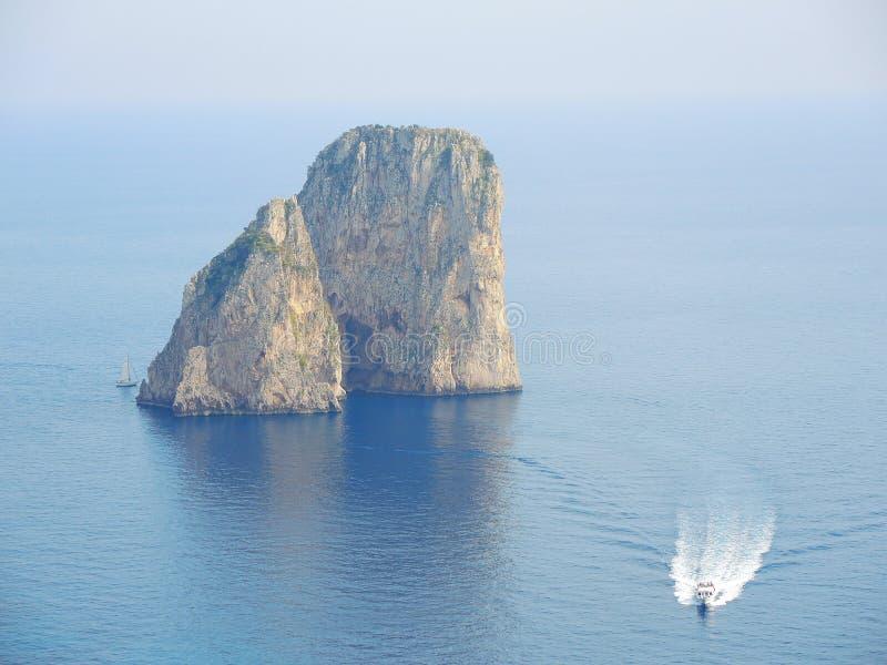 Capri, Naples, Campania teren, Włochy Piękny i słynny Faraglioni zdjęcie stock