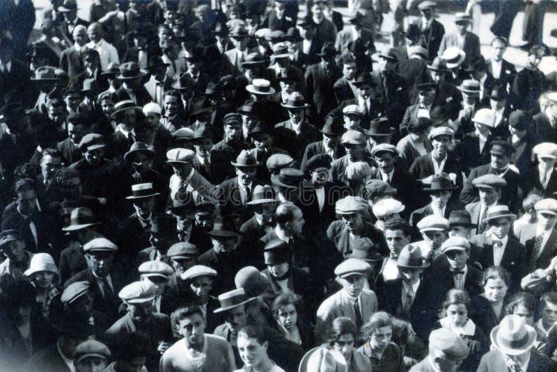 CAPRI, WŁOCHY, LISTOPAD 1, 1926 - mieszkanowie zbierali w kwadracie Capri słuchają wiadomość na ataku na Mussolini fotografia stock