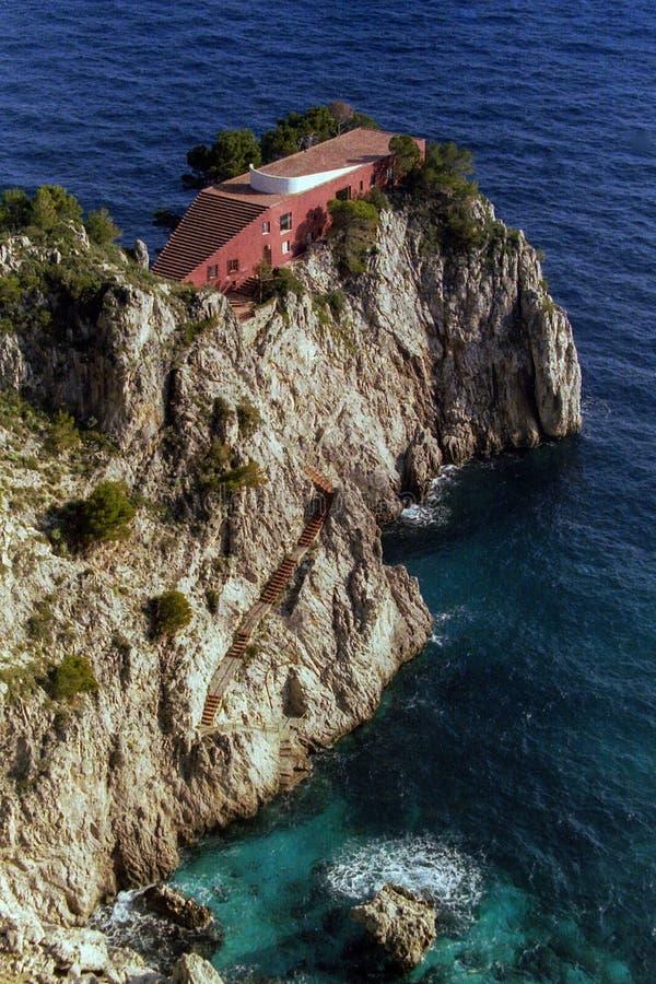 CAPRI, WŁOCHY, 1978 - Między mitem i kinem sławna willa Curzio Malaparte juts przy za Punta Massullo na morzu Capri zdjęcia stock