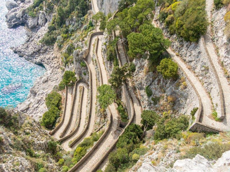 Capri, Włochy, Przez Krupp Ja jest historycznym brukującym footpath obrazy royalty free