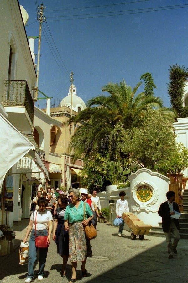 CAPRI, WŁOCHY, 1986 - turyści spacerują wśród sklepów wąskie ulicy Capri fotografia stock