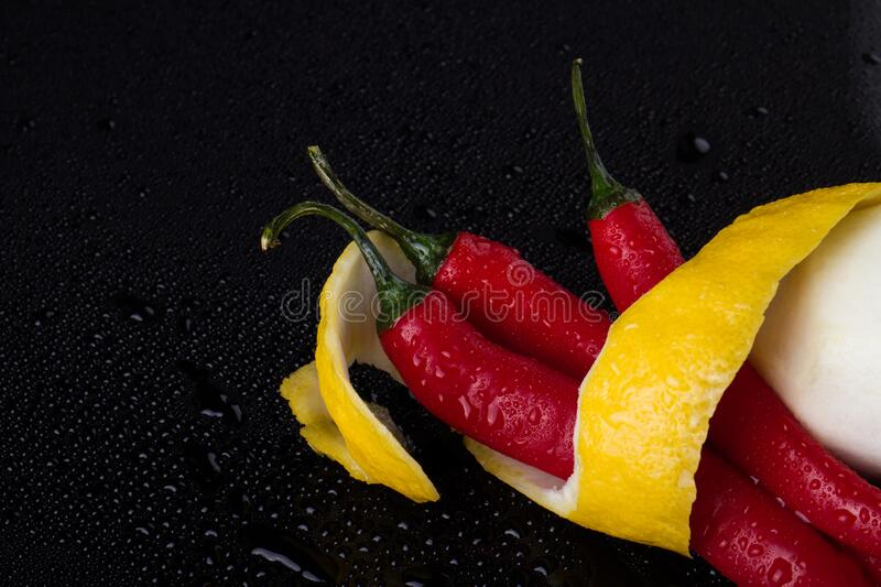 Capsicum annuum and lemon zest fast lizenzfreie stockfotografie