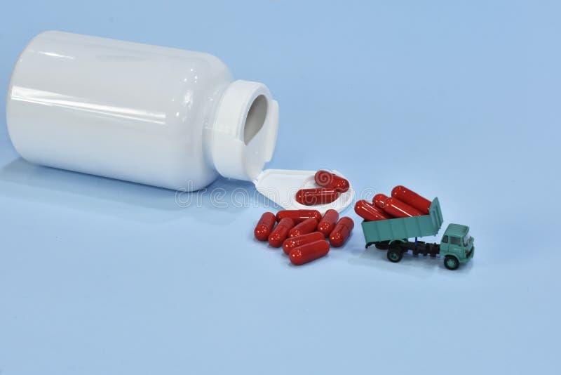 Capsule dallo zenzero Camion che porta alcune capsule trasporto di salute carico sano Supplementi dietetici delle pillole con la  fotografia stock libera da diritti