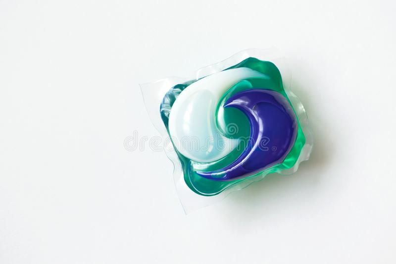 Capsule de lavage sur le fond blanc Lavage simple de concept photo stock