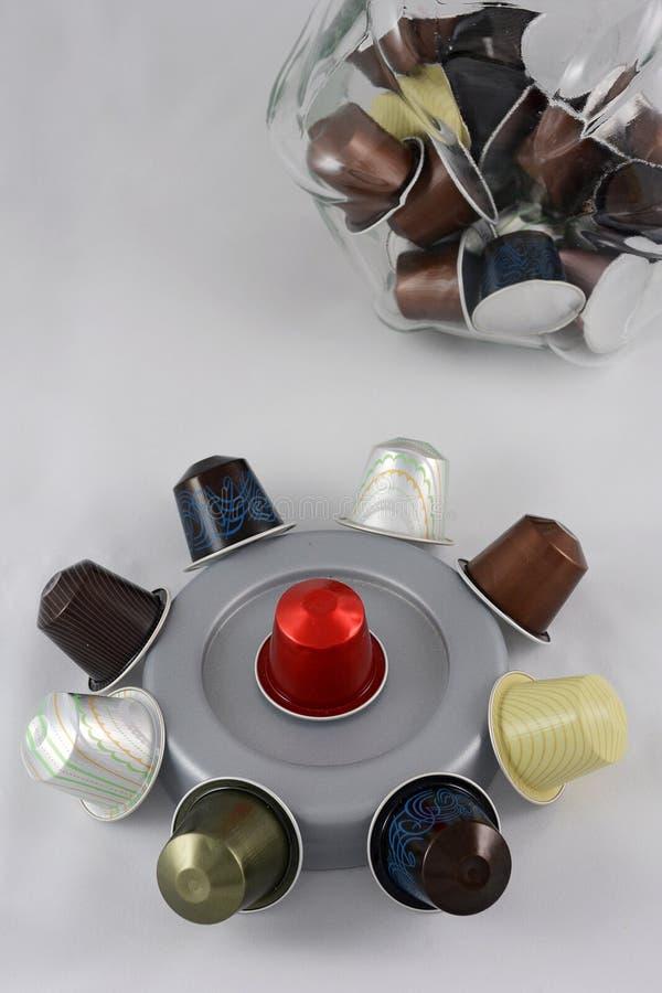 Download Capsule Del Caffè Sui Precedenti Bianchi Immagine Stock - Immagine di verticale, vaso: 56886187