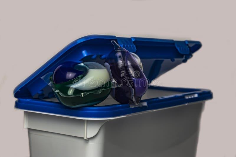 Capsule di gel per lavare in un primo piano del recipiente di plastica immagine stock