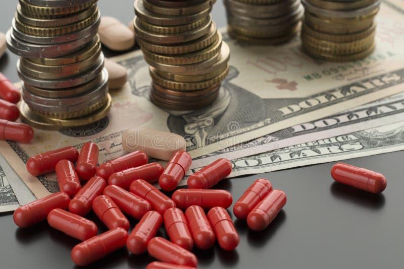 Capsule e banconote rosse del dollaro immagine stock libera da diritti