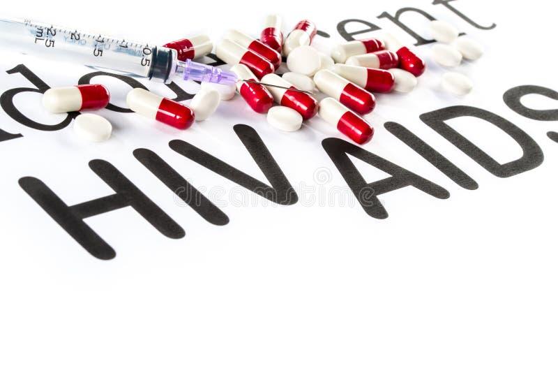 Capsule et seringue sur le papier, SIDA, HIV, maladie de médicament photo libre de droits