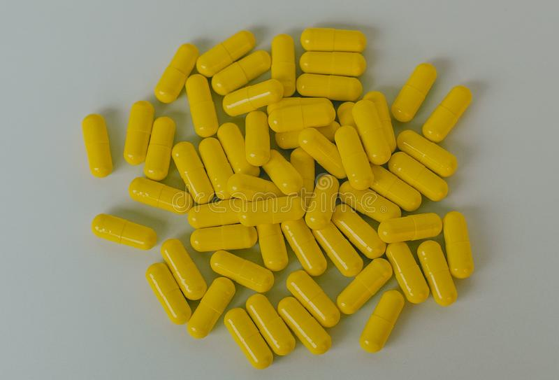Capsule jaune de pilule de médecine de Tablette photo stock