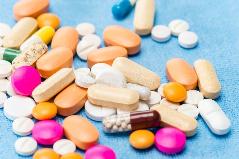 Capsule rovesciate pillole del medicamento di colore fotografia stock libera da diritti