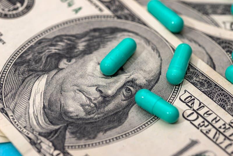 Capsules de médecines sur des billets d'un dollar image libre de droits
