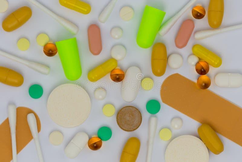 Capsules de pilule et tampons de coton photos libres de droits