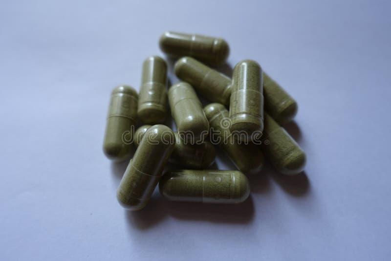 Capsules de supplément diététique d'Ayurvedic dans un tas photo libre de droits