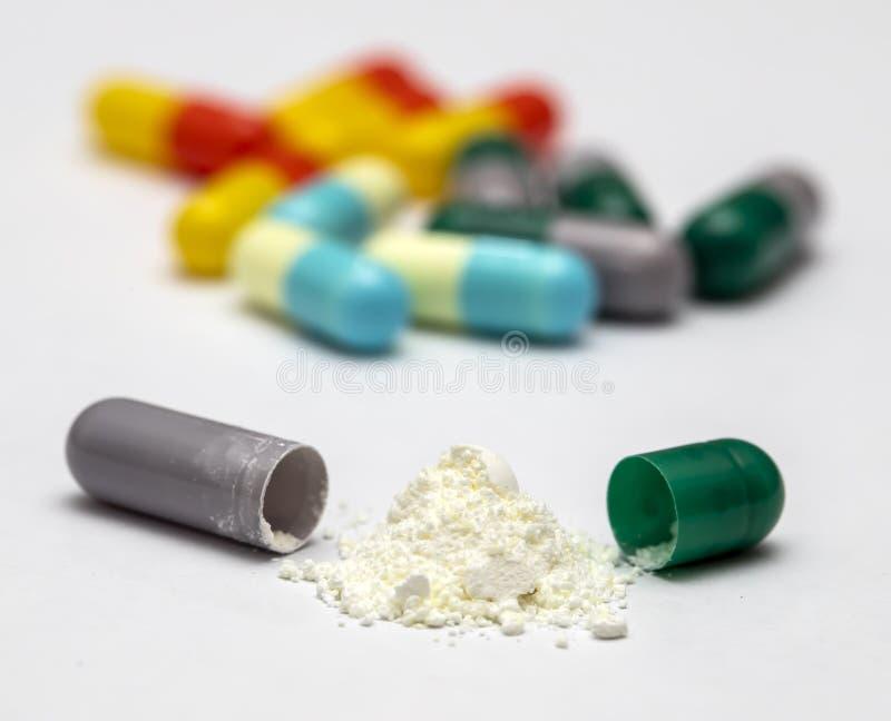 Capsules en pillen voor gezondheid stock afbeelding