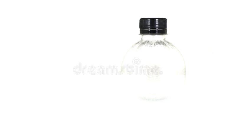Capsules en plastique noires et bouteille en plastique claire d'isolement dessus photographie stock libre de droits