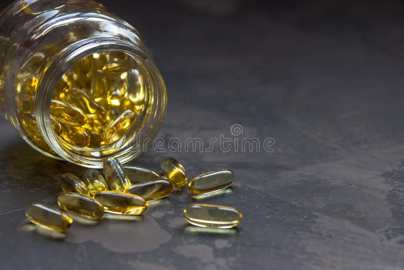 Capsules jaunes de vitamine, gélule molle avec la drogue huileuse images libres de droits