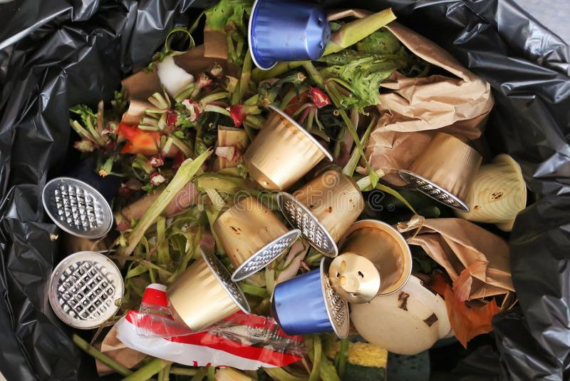 Capsules koffieespresso in een afval en gerecycleerd niet stock foto