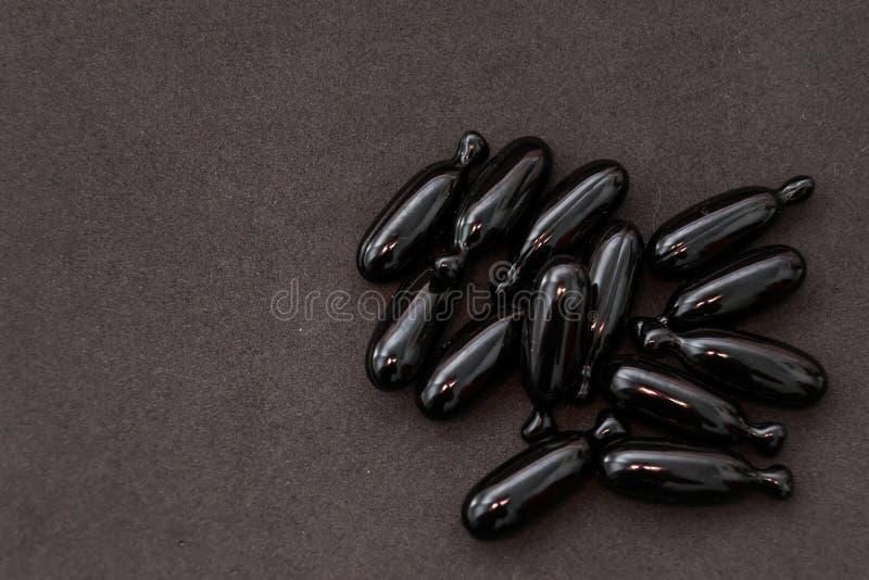 Capsules met methionine, vitamine C, valeriana en urtica stock afbeelding