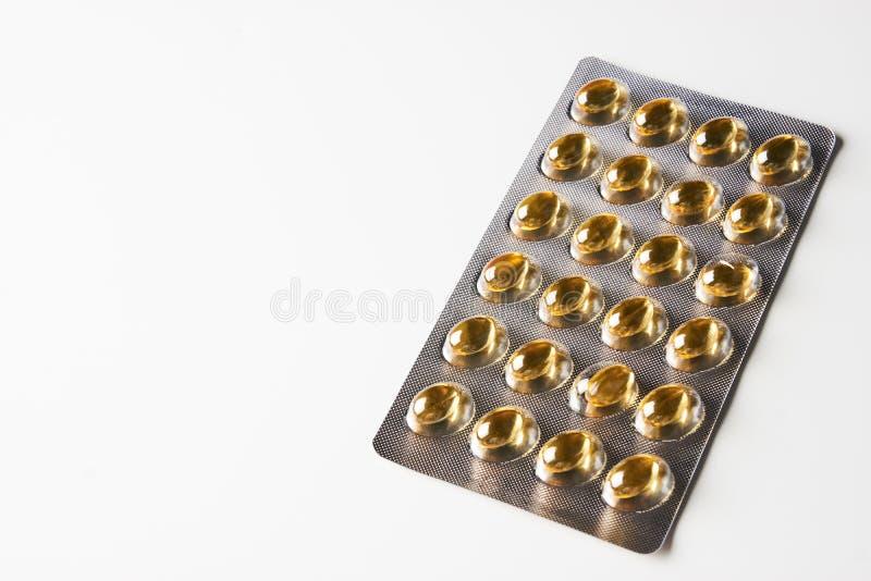 Capsules van het de olie de omega 3 die gel van de kabeljauwlever op wit worden geïsoleerd royalty-vrije stock afbeelding