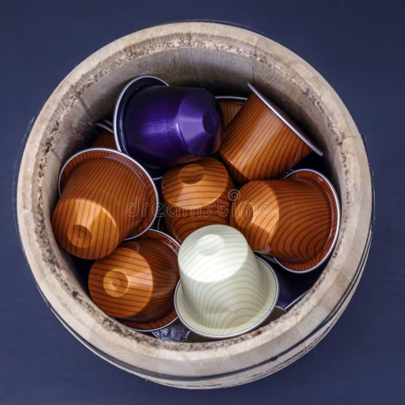 Capsules voor het maken van koffie in een houten vaatje stock foto
