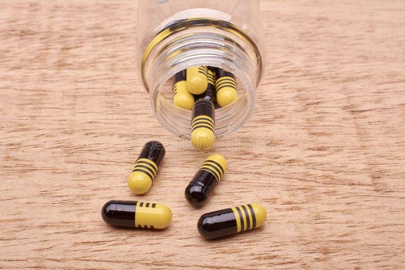 Capsulespillen van geneesmiddel van transparante fles royalty-vrije stock afbeelding