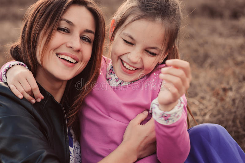 Captação do estilo de vida da filha feliz da mãe e do preteen que tem o divertimento exterior Família loving que passa o tempo ju imagem de stock