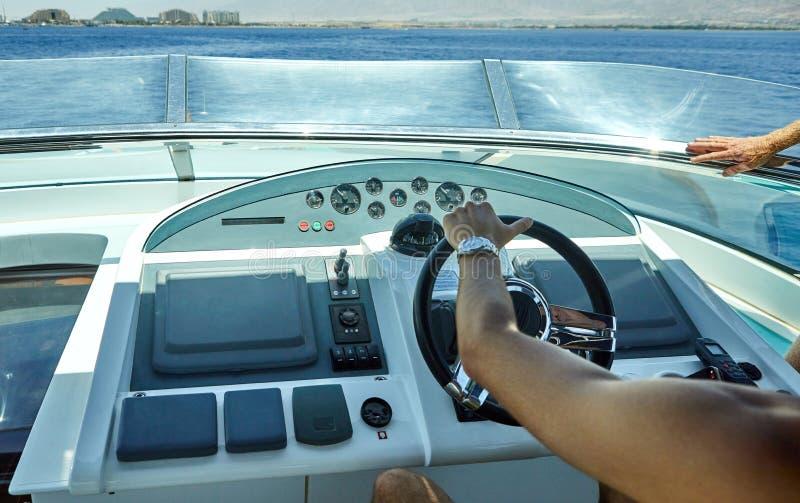Captain& x27; controle da cabine de s de um iate luxuoso fotografia de stock royalty free