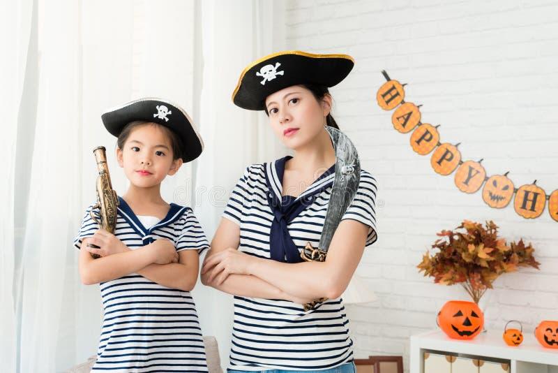 Captain el juego de la madre de la muchacha y del equipo el juego del pirata imagenes de archivo