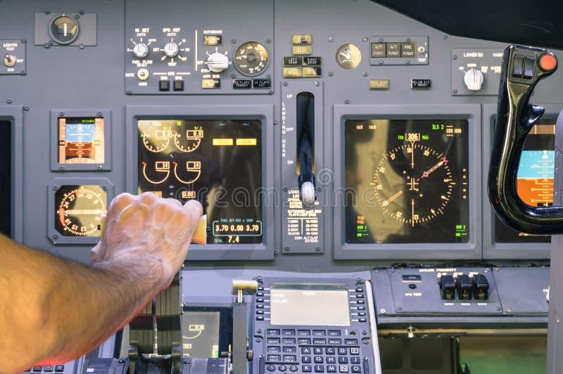 Captain la mano que acelera en el simulador de la válvula reguladora en vuelo foto de archivo