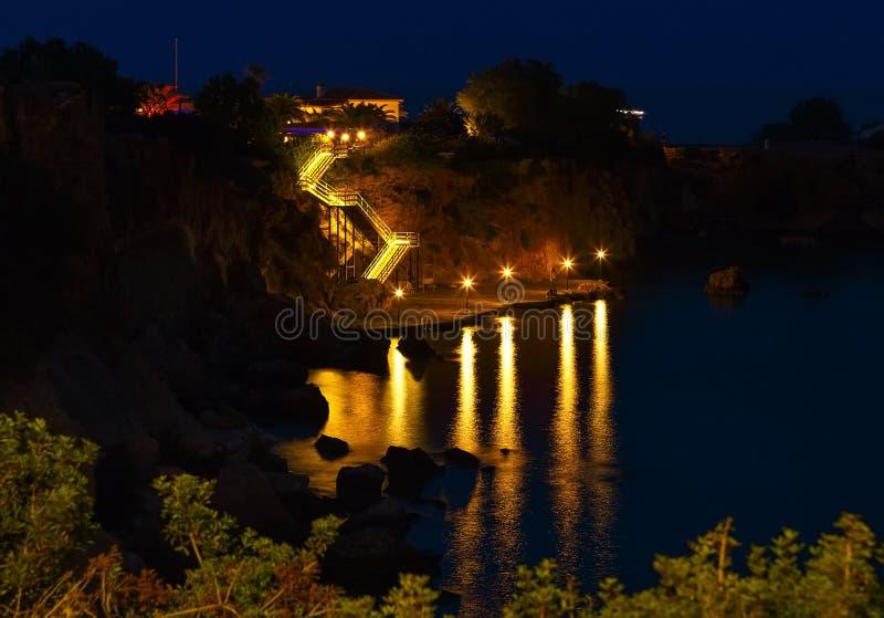 Captura de la noche de las escaleras que llevan al mar Escalera encendida al mar el noche de la ladera, una bahía de Creta, Greci foto de archivo