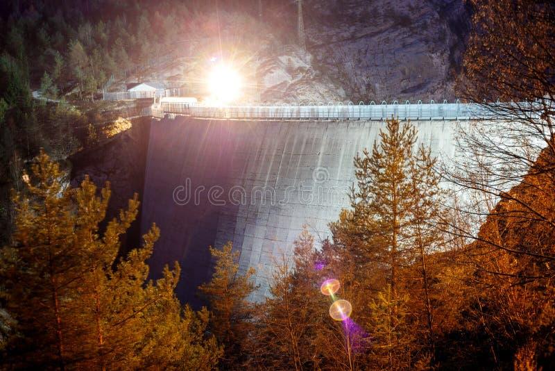 Captura de la noche de una presa en las monta?as foto de archivo libre de regalías