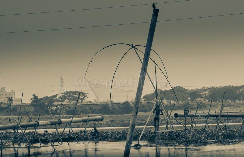 Captura del trabajo del hombre de Fisher un pescado fotografía de archivo