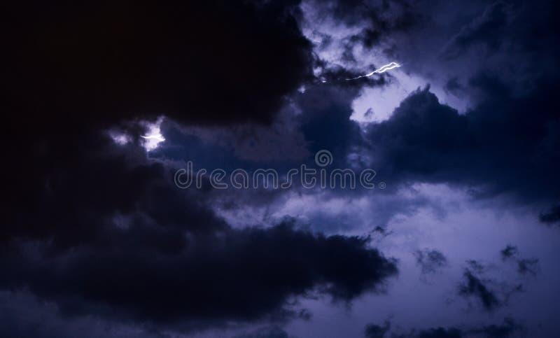 Captura hermosa de un relámpago que destroza el cielo nocturno imagen de archivo libre de regalías